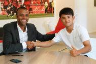 Kubo y  Maheta Molango, tras firmar el contrato.