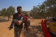 Un civil sirio coge en brazos a una niña herida en un ataque en Maarat al Numan, en la provincia de Idlib, el pasado sábado.