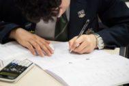 Un alumno del King's College en el examen.