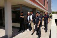 El alcalde de Alicante, Luis Barcala, ayer en la visita a la nueva sede.