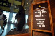 Un oso disecado da la bienvenida a los asistentes a la cumbre de Jackson Hole.