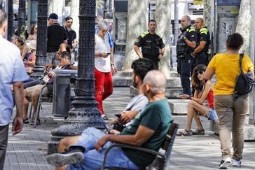 Policías vigilando una calle en Barcelona.
