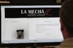 """GRAF9223. SEVILLA.- Un usuario navega, este jueves, por la página web de Magrudis, que comercializa la carne <HIT>mechada</HIT> """"La Mechá"""" causante de un brote de listeriosis. A pesar de que la Junta ha ordenado la paralización de la actividad y la retirada de todos sus artículos elaborados, la empresa sevillana mantiene en su versión online todos sus productos cárnicos. José Manuel Vidal"""