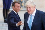 Emmanuel Macron bromea con Boris Johnson, este jueves en El Elíseo.