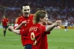 Iniesta corre a abrazar a Torres tras el gol en la final de la Euro 2008