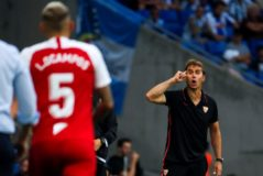Lopetegui gesticula en el debut liguero del Sevilla.