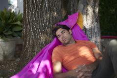 Cayetano se echa una siesta en el jardín de su finca en Ronda, donde nació su abuelo el torero Antonio Ordóñez.