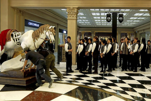 Los trabajadores del hotel se preparan para la apertura del Parisian Macao como parte del proyecto de Las Vegas Sands en la villa, en 2016.