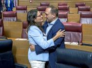 La vicepresidenta primera del Consell, Mónica Oltra, junto al vicepresidente segundo, en las Cortes.