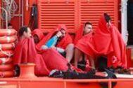 Los inmigrantes rescatados este jueves llegan al puerto de Algeciras.