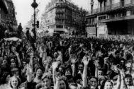 Los parisinos celebran, el 25 de agosto de 1944, la liberación de la ciudad de los nazis.