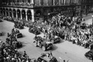 Los parisinos reciben a las Fuerzas Francesas de Interior, el 25 de agosto de 1944.