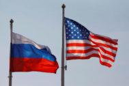 Las banderas de Rusia y EEUU ondean en el aeropuerto de Moscú.