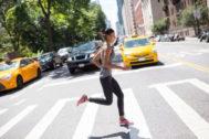 Mujer corriendo en las calles a primera hora de la mañana