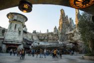 El nuevo parque permite un viaje virtual a bordo del mítico Halcón Milenario.