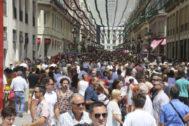 La calle Larios en el centro de Málaga, abarrotada durante la feria el 15 de agosto pasado.
