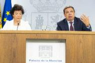 Isabel Celaá y Luis Planas, hoy, durante la rueda de prensa tras el Consejo de Ministros.