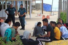 Menores, tras ser rescatados en la playa de Bolonia en Tarifa (Cádiz).