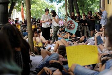Personas convocadas por el movimiento Juventud por el Clima protestan este viernes ante la embajada de Brasil en Madrid.