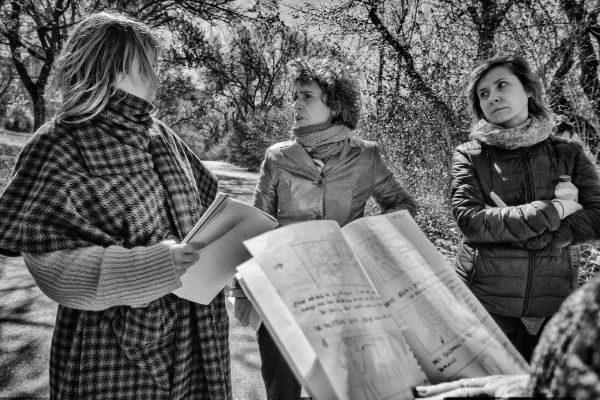 La directora, que sujeta el storyboard de 'Invisibles' con sus manos ensaya con las actrices de la película.