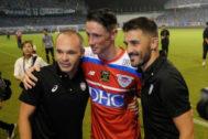 Iniesta, Torres y Villa, tras el último partido de 'El Niño'.