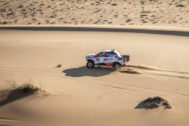 """GRAF9481. NAMIBIA .- Fotografía facilitada por Toyota Gazoo Racing, del español Fernando <HIT>Alonso</HIT>, doble campeón del <HIT>mundo</HIT> de Fórmula Uno y ganador del último Mundial de Resistencia (WEC), que completó un test de cuatro días en Namibia con el Toyota Hilux que disputará la próxima edición del Rally Dakar -en enero y en Arabia Saudí-, y manifestó que está """"muy contento con el progreso"""" experimentado y que ya empieza """"a entender el pilotaje en dunas"""". Toyota Gazoo Racing SOLO USO EDITORIAL/NO VENTAS/NO ARCHIVO"""