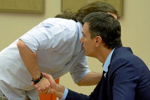 Pedro Sánchez saluda a Pablo Iglesias en el Congreso en una imagen de...
