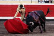 Empaque y hondura en el magnífico derechazo de Paco Ureña al último toro de la corrida de Jandilla/Vegahermosa de ayer en Bilbao.