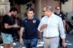 Marcelino charla con el presidente del Valencia, Anil Murthy.