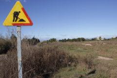 Una antigua señal de obras en los terrenos del PAI Sant Gregori.