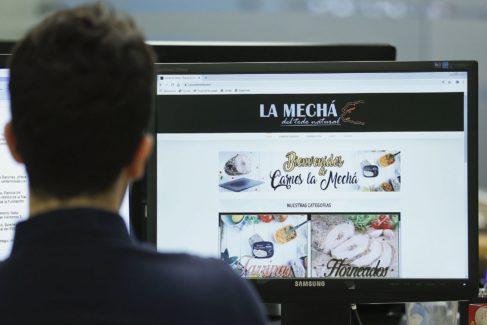 """GRAF9210. SEVILLA.- Un usuario navega, este jueves, por la página web de Magrudis, que comercializa la carne <HIT>mechada</HIT> """"La Mechá"""" causante de un brote de listeriosis. A pesar de que la Junta ha ordenado la paralización de la actividad y la retirada de todos sus artículos elaborados, la empresa sevillana mantiene en su versión online todos sus productos cárnicos. José Manuel Vidal"""
