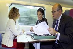 Doña Letizia, a bordo de un tren con Meritxell Batet.