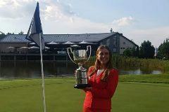 Celia Barquín, con su trofeo de campeona de Europa amateur.