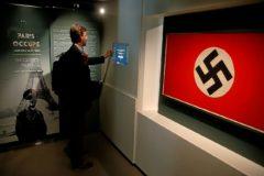 Un visitante del nuevo museo de la Liberación de París lee los paneles que describen el París ocupado por los nazis.