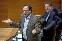 El conseller de Hacienda, Vicent Soler, en una intervención en las Cortes, con el presidente Ximo Puig escuchando desde su escaño.