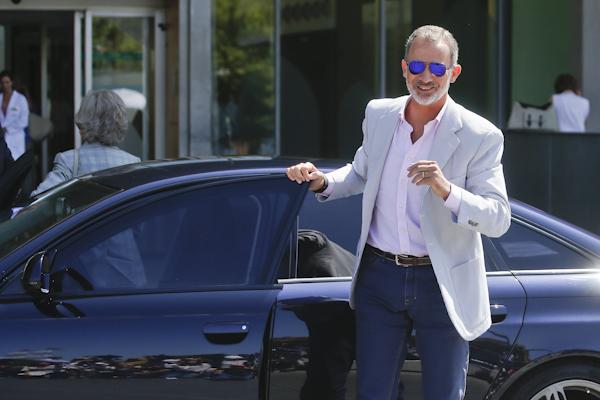El Rey, a su llegada al hospital, en compañía de Doña Sofía.