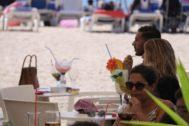 Turistas en uno de los bares en la playa de Lloret de Mar, este agosto