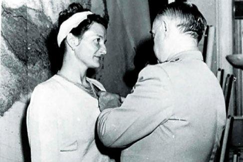 Hall fue condecorada por sus servicios durante la guerra