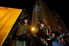 Policías antidisturbios durante una protesta en Hong Kong