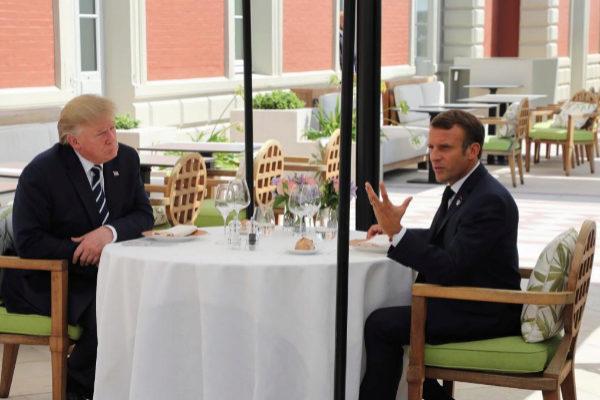 Donald Trump y Emmanuel Macron durante su almuerzo este sábado.