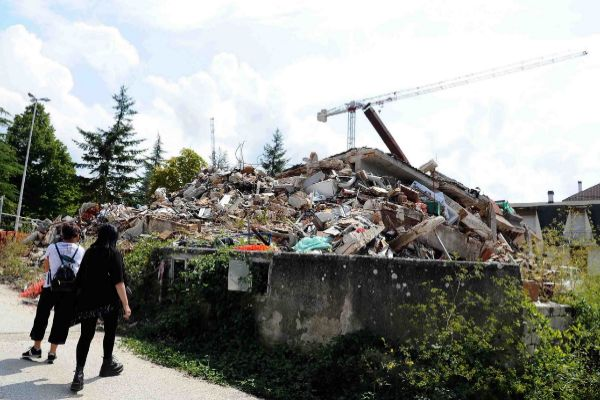 <HIT>Amatrice</HIT> (Italy).- People look at a pile of rubble in...