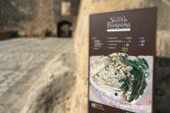 Uno de los paneles a la entrada de la fortaleza.