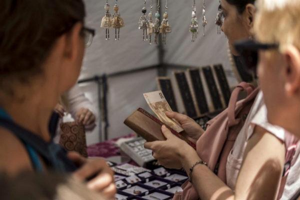 Una mujer se dispone a pagar una compra con un billete de 50 euros.