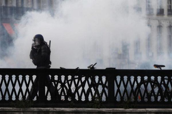 Un antidisturbios se enfrenta a los manifestantes.