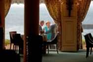 Angela Merkel conversa con Donald Tusk y Boris Johnson, este sábado en Biarritz.