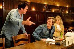"""ARDE BEVERLY HILLS. Quentin Tarantino consigue dar un significado gamberro y divertido a un adjetivo que antaño se puso de moda en el cine: """"Crepuscular"""". Porque crepusculares son los galanes, el propio Hollywood y la década de los años 60, cuyas flores están a punto de marchitarse bañadas en sangre y mugre."""