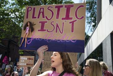 Una protesta contra el uso del plástico en Londres.