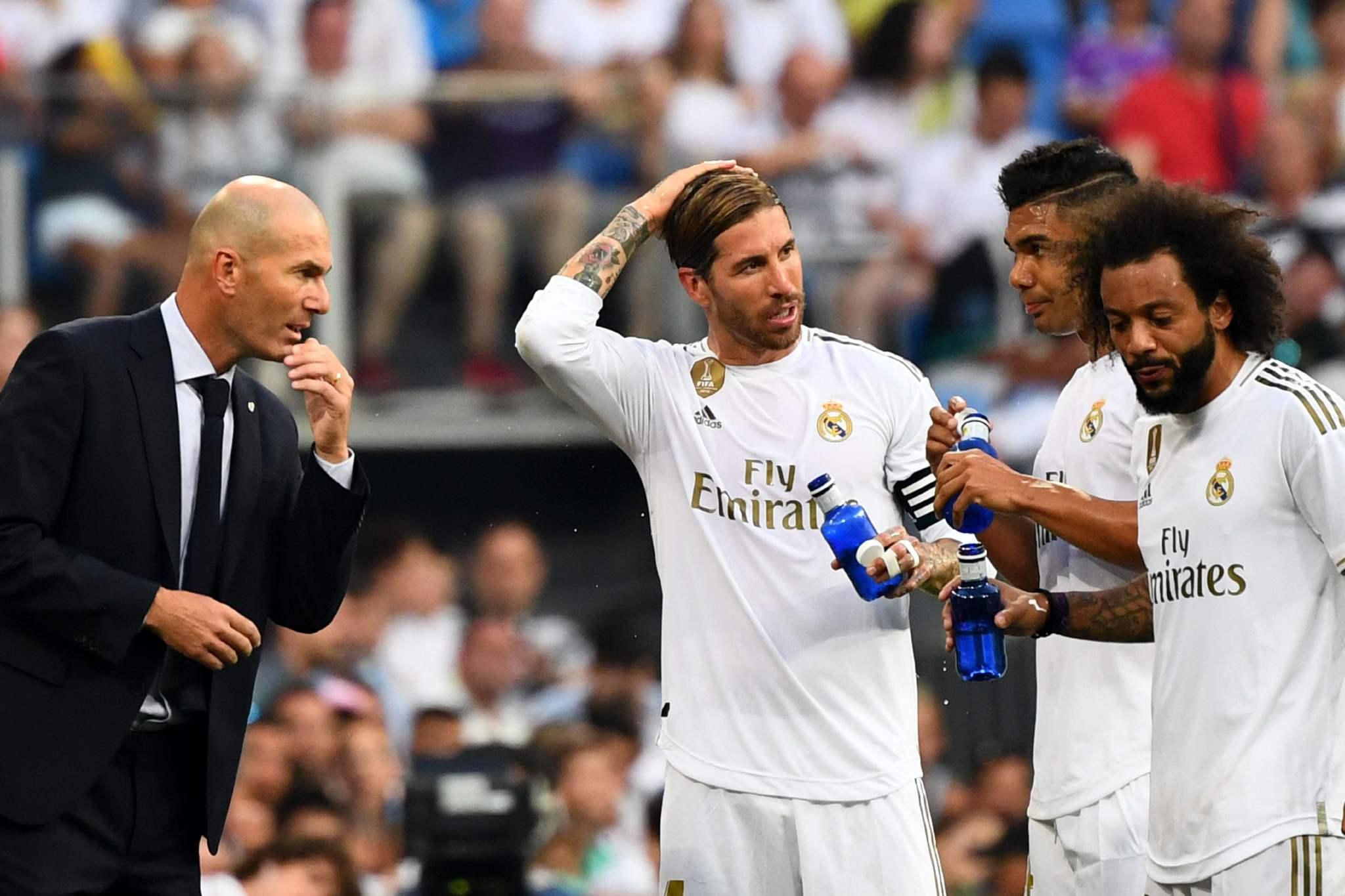 Zidane habla con sus jugadores en un parón del partido ante el Valladolid.