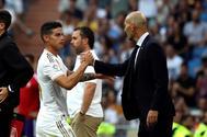 GRAF378. MADRID..- El jugador del Real Madrid <HIT>James</HIT> Rodríguez saluda a su entrenador Zinedine Zidane tras salir sustituido, en el partido correspondiente a la 2ª Jornada de LaLiga Santander ante el Real Valladolid, disputado en el Estadio Santiago Bernabéu, en Madrid.