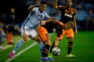 Daniel Wass intenta evitar que Toro Fernández controle un balón en Balaídos.